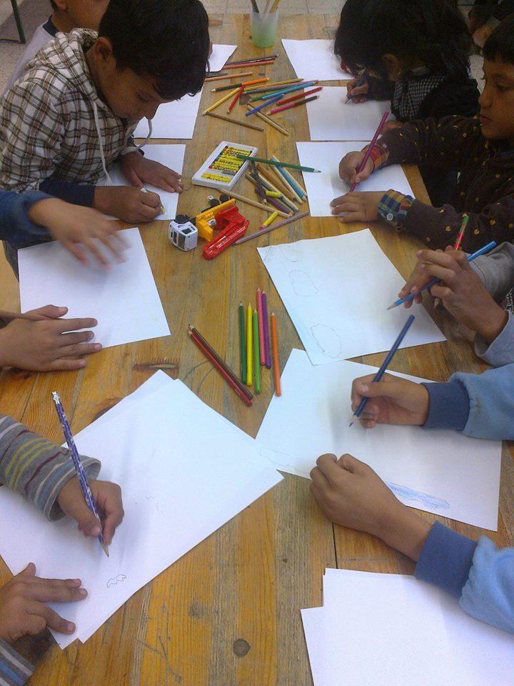 Die Kinder freuen sich zu lernen und zu basteln